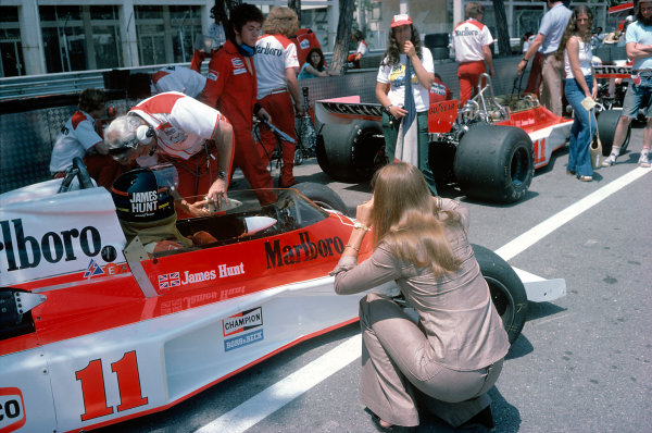 1976 Monaco Grand Prix.Monte Carlo, Monaco. 30 May 1976.James Hunt (McLaren M23-Ford) and Teddy Mayer in the pits.World Copyright: LAT Photographicref: 35mm Transparency Image
