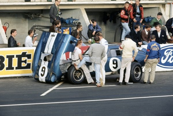 1965 Le Mans 24 hours. Le Mans, France. 19-20 June 1965. Dan Gurney/Jerry Grant (Shelby Cobra Daytona Coupe), retired, in the pits. World Copyright: LAT Photographic Ref: 65LM04