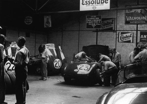 Le Mans, France. 23rd - 24th June 1951 Mechanics work on the Clemente Biondetti/Leslie Johnson (Jaguar XK-120C Biondetti), in the garage, portrait. World Copyright: LAT Photographic Ref: B/WPRINT.