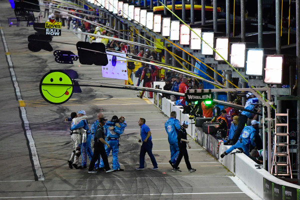 #4: Kevin Harvick, Stewart-Haas Racing, Ford Fusion Busch Light team celebrates