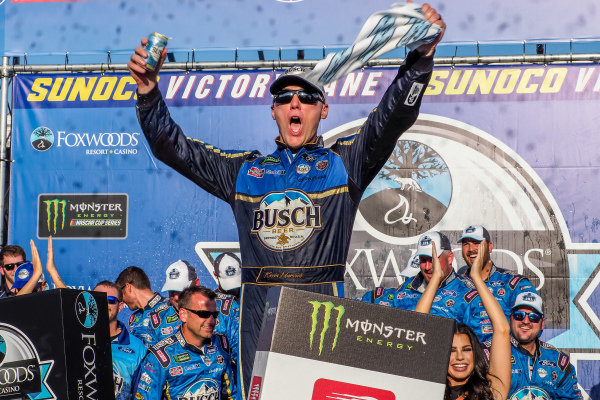 #4: Kevin Harvick, Stewart-Haas Racing, Ford Mustang Busch Beer / National Forest Foundation in victory lane