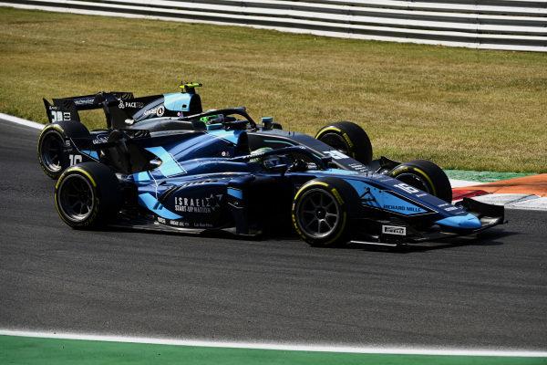 Roy Nissany (ISR, DAMS), leads Alessio Deledda (ITA, HWA Racelab)