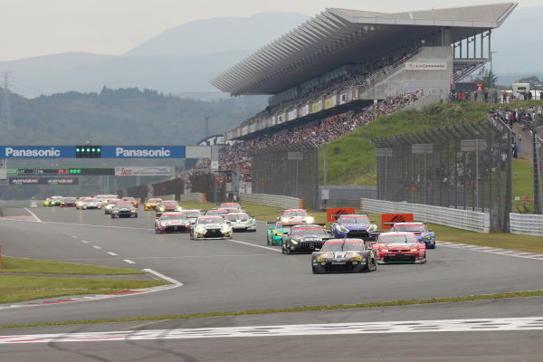 The start of the GT300 race. Kazuto Kotaka and Ryohei Sakaguchi (#6 Advics muta Racing INGING Toyota 86 MC GT300) leads the pack