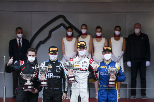 Oscar Piastri (AUS, Prema Racing), 2nd position, Theo Pourchaire (FRA, ART Grand Prix), 1st position, and Felipe Drugovich (BRA, Uni-Virtuosi), 3rd position, with their trophies on the podium