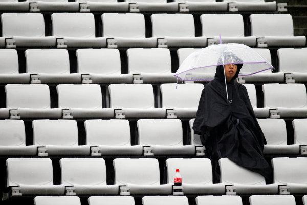 Suzuka Circuit, Suzuka, Japan.9th October 2010.A die-hard fan tries to enjoy the action. Atmosphere. World Copyright:Steven Tee/LAT Photographicref: Digital Image _A8C1318