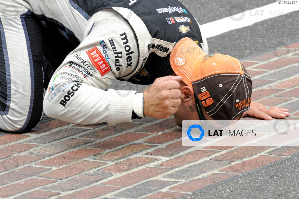 26 May, 2013, Indianapolis, Indiana, USA Winner Tony Kanaan (#11) kisses