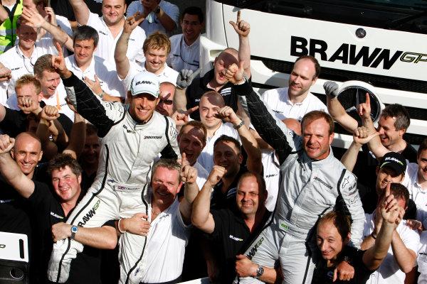 Circuit de Catalunya, Barcelona, Spain10th May 2009Jenson Button, Brawn GP BGP001 Mercedes celebrates with Rubens Barrichello, Brawn GP BGP001 Mercedes and the rest of the Brawn GP team.World Copyright: Charles Coates/LAT Photographicref: Digital Image _26Y8838