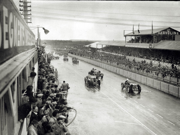 "Le Mans, France. 15-16 June 1935.Edmond Hertzberger/""Raph"" (MG Magnette K3, number 41), Gwenda Stewart/Charles Worth (Derby) and Rene Kipeurth/Edmond Neubout (Bugatti T44) at the start.Ref-Motor 800/111.World Copyright - LAT Photographic"