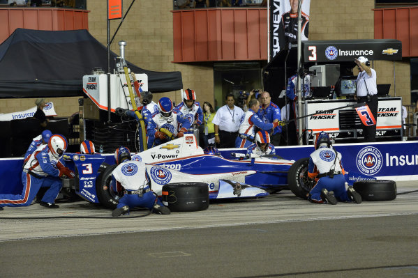 Helio Castroneves (BRA) Team Penske, makes a pit stop. Team boss Roger Penske (USA), right, looks on from the pit wall.Verizon IndyCar Series, Rd18, MAVTV 500, Auto Club Speedway, Fontana, USA, 29-30 August 2014.