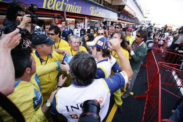 2008 Spanish Grand Prix - Thursday PreviewCircuit de Catalunya, Barcelona, Spain.24th April 2008.Fernando Alonso, Renault R28. signs autograpahs in the pit lane. Portrait. World Copyright: Charles Coates/LAT Photographic.ref: Digital Image ZK5Y8307