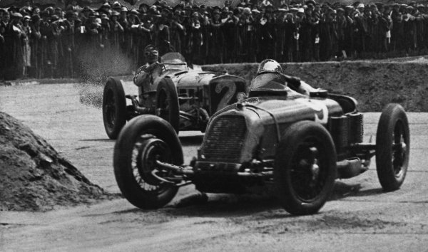 1926 British Grand Prix. Brooklands, Great Britain. 7th August 1926. Henry Segrave (Talbot 700) retiring with supercharger problems, leads Robert Benoist / Andre Dubonnet (Delage 155B), 3rd position, action.  World Copyright: LAT Photographic.  Ref:  Autocar Used Picture 13/08/26 Page 262.