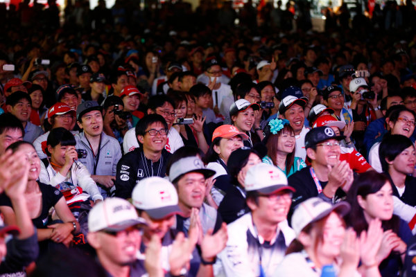 Suzuka Circuit, Japan. Saturday 08 October 2016. Fans at the F1 live stage event. World Copyright: Andy Hone/LAT Photographic ref: Digital Image _ONY5360