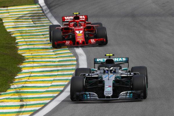 Valtteri Bottas, Mercedes AMG F1 W09, vedie Kimi Raikkonen, Ferrari SF71H.