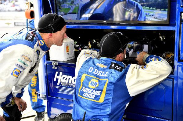 #9: Chase Elliott, Hendrick Motorsports, Chevrolet Camaro NAPA AUTO PARTS crew