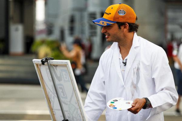 Carlos Sainz Jr, McLaren paints for a TV feature