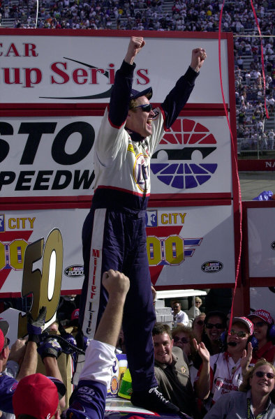 Rusty Wallace celebrates his 50th win in victory lane.NASCAR Food City 500 at Bristol Motor Speedway (Tenn)26 March, 2000LAT PHOTOGRAPHIC