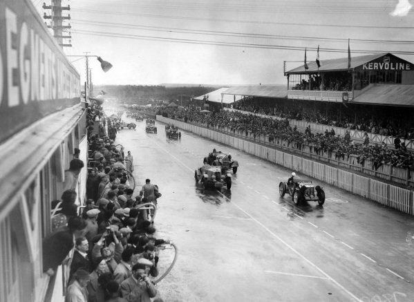 "Eddie Hertzberger / ""Raph"", MG Magnette K3 leads Gwenda Stewart/  Charles Worth, Derby and René Kippeurt / Edmont Nebout, ""M. Rekip"", Bugatti T44 at the start."