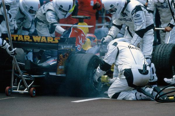 2005 Monaco Grand PrixMonte Carlo, Monaco. 19th - 22nd May The redbull pit crew work on Vitantonio Liuzzi, Red Bull Racing Cosworth RB1. Action. World Copyright: Lorenzo Bellanca/LAT Photographic ref: 35mm Image 05Monaco08