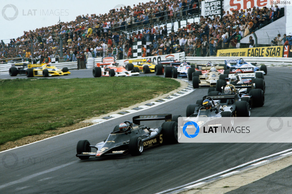 Brands Hatch, England.14-16 July 1978.Mario Andretti and Ronnie Peterson (both Lotus 79 Ford's) lead the field away at the start, action.World Copyright - LAT Photographic.