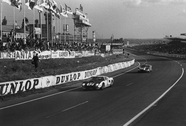 Le Mans, France. 20th - 21st June 1964.Richard Attwood/Jo Schlesser (Ford GT40), retired, leads Andre Simon/Maurice Trintignant (Maserati 151/3), retired, action. World Copyright: LAT Photographic.Ref:  11026L - 12.