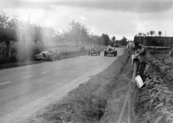 """Le Mans, France. 15-16 June 1935.""""Michel Paris""""/Marcel Mongin (Delahaye 135, number 7) and Anthony Marsh/HB Guest (Singer Nine) pass the crashed Aston Martin Ulster of Clifton Penn-Hughes/Thomas Fotheringham.Ref-Motor 800/100.World Copyright - LAT Photographic"""