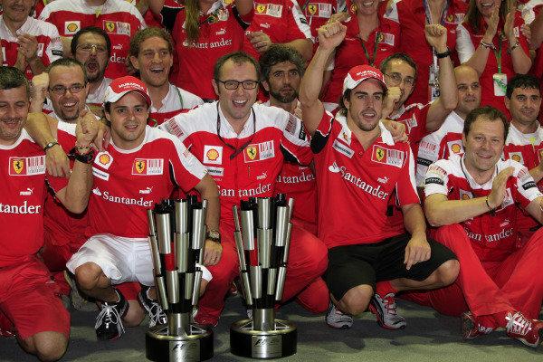 Marina Bay Circuit, Singapore.26th September 2010.Fernando Alonso, Ferrari F10 celebrates with his teamWorld Copyright: Andrew Ferraro/LAT Photographicref: Digital Image AF5D9201