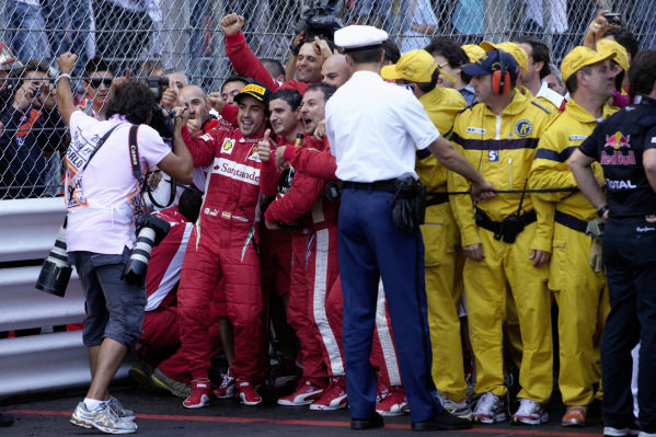Fernando Alonso poses for a picture with the Ferrari team.