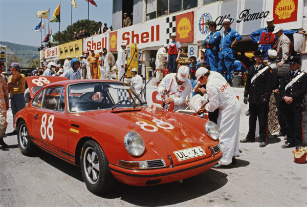 Eberhard Sindel / Dieter Benz, Rallye Gemeinschaft Ulm, Porsche 911 S UL-X 4 is refuelled at a Shell pitstop.