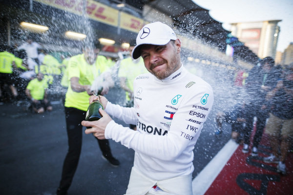 Race Winner Valtteri Bottas, Mercedes AMG F1 celebrates with the champagne and his team