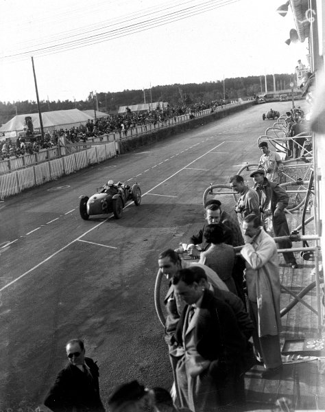 1935 Le Mans 24 hours.Le Mans, France. 15-16 June 1935.Elsie Wisdom/Kay Petre (Riley MPH) pass the pits.Ref-Motor 734/2.World Copyright - LAT Photographic