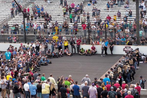 #4: Kevin Harvick, Stewart-Haas Racing, Ford Mustang Mobil 1 and team kiss the bricks