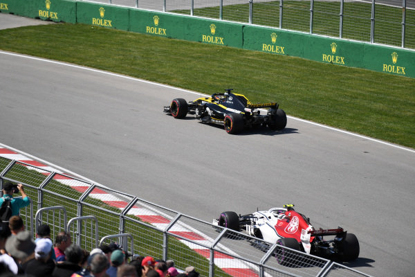 Nico Hulkenberg (GER) Renault Sport F1 Team RS18 and Charles Leclerc (MON) Alfa Romeo Sauber C37
