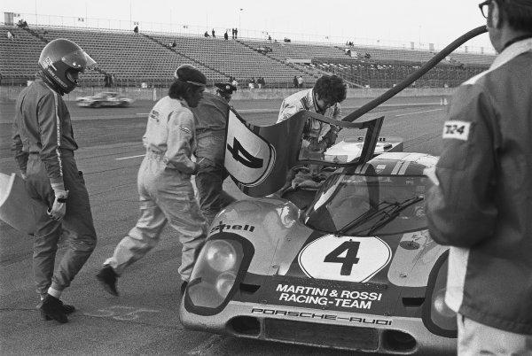 1971 Daytona 24 Hours. Daytona, Florida, USA. 30th - 31st January 1971. Rd 2. Vic Elford / Gijs van Lennep (Porsche 917K), retired, pit stop and driver change, action.  World Copyright: LAT Photographic. Ref: 3497 - 7.