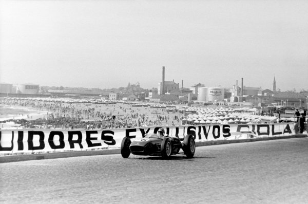 1960 Portuguese Grand Prix.Oporto, Portugal. 14 August 1960.Innes Ireland (Lotus 18-Climax), 6th position.Ref-B&W Print, 40mb RGB scan.World Copyright: LAT Photographic