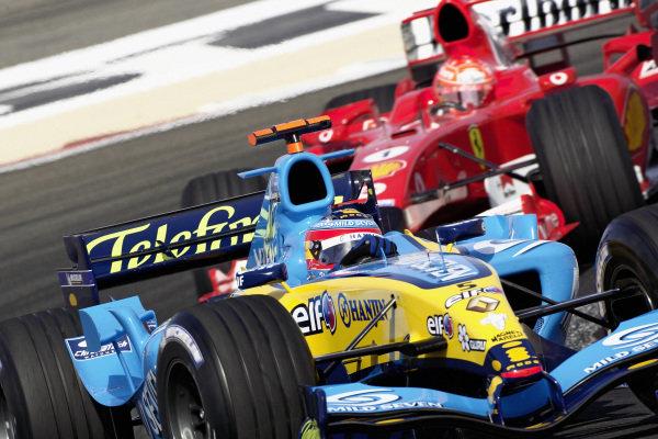 Fernando Alonso, Renault R25 leads Michael Schumacher, Ferrari F2005.