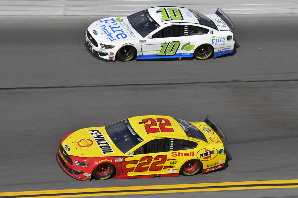 #22: Joey Logano, Team Penske, Ford Mustang Shell Pennzoil, #10: Aric Almirola, Stewart-Haas Racing, Ford Mustang Pure Farmland