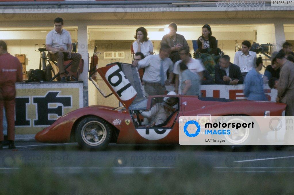 1969 Le Mans 24 hours. Le Mans, France. 14-15 June 1969. Chris Amon/Peter Schetty (Ferrari 312P), retired. Pitstop. World Copyright: LAT Photographic Ref: 69LM07.