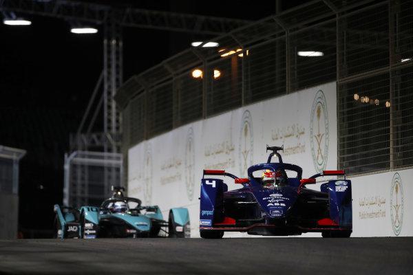 Robin Frijns (NLD) Envision Virgin Racing, Audi e-tron FE07, leads Sam Bird (GBR) Panasonic Jaguar Racing, Jaguar I-Type 5