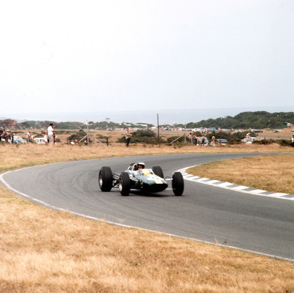 East London, South Africa.30/12/64-1/1/1965.Jim Clark (Lotus 33 Climax) 1st position.Ref-3/1502.World Copyright - LAT Photographic