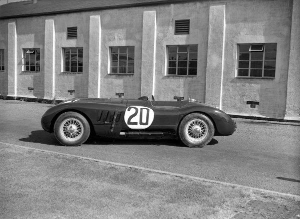 Le Mans, France.23-24 June 1951.The winning Jaguar C-type of Peter Walker and Peter Whitehead.Ref-Motor 554/1.World Copyright - LAT Photographic