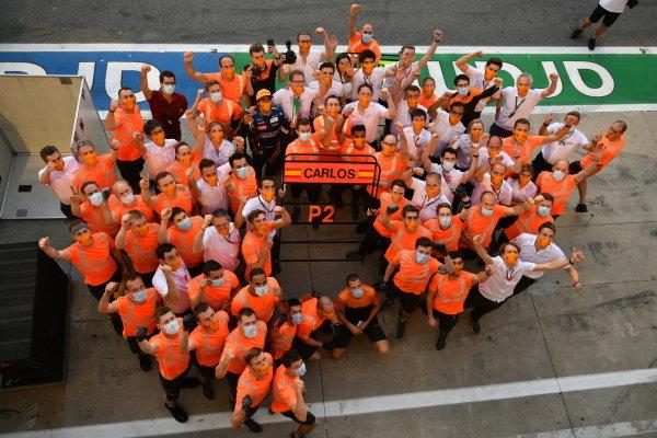 Carlos Sainz, McLaren, 2nd position, Andreas Seidl, Team Principal, McLaren, Lando Norris, McLaren, and the McLaren team celebrate a podium finish after the race