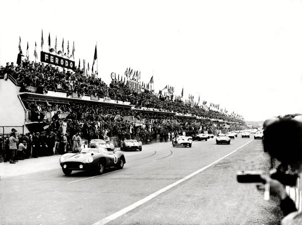 Le Mans, France. 22-23 June 1957. Phil Hill/Peter Collins (Ferrari 335MM) at the start. World Copyright - LAT Photographic Re: 17913 - 20.
