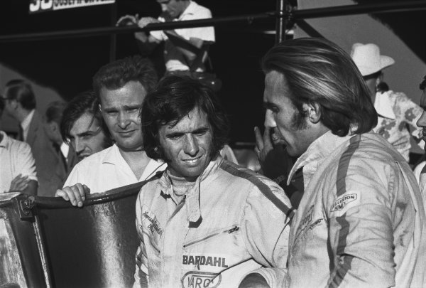 1971 Buenos Aires 1000 kms. Buenos Aires, Argentina. 10th January 1971. Rd 1. Emerson Fittipaldi / Carlos Reutemann (Porsche 917K), retired, talk in the pits, portrait.  World Copyright: LAT Photographic. Ref: 3461 - 29.