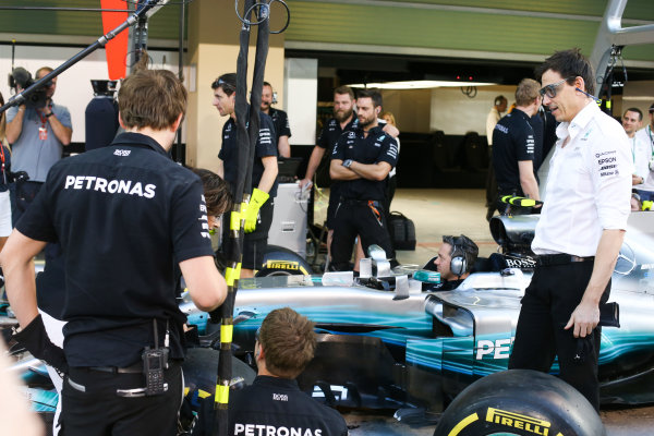 Yas Marina Circuit, Abu Dhabi, United Arab Emirates. Thursday 23 November 2017. Toto Wolff, Executive Director (Business), Mercedes AMG.  joins in with the practice pitstops. World Copyright: Charles Coates/LAT Images  ref: Digital Image DJ5R4984