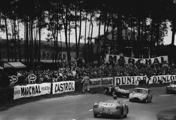Le Mans, France. 12th - 13th June 1954 Yves Giraud-Cabantous/Just-Emile Vernet (V P. R166 Renault), retired, passes the crashed EugŽne Dussous/Jacques Savoye (Panhard X84), retired, action. World Copyright: LAT Photographic Ref: 194 - 3-3A.