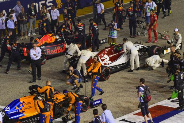 Mechanics with Max Verstappen, Red Bull Racing RB15, Antonio Giovinazzi, Alfa Romeo Racing C38, and Carlos Sainz Jr., McLaren MCL34, on the grid