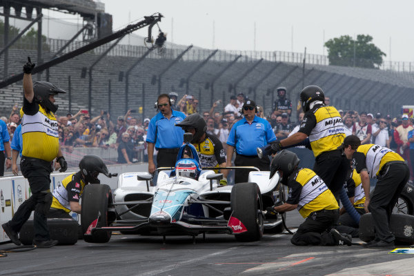 Takuma Sato, Rahal Letterman Lanigan Racing Honda, in round of pit stop competition