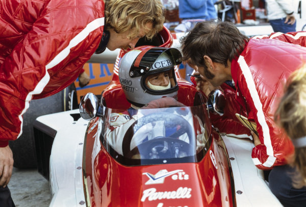 Mario Andretti, Parnelli VPJ4 Ford, talks to engineers in the pits.