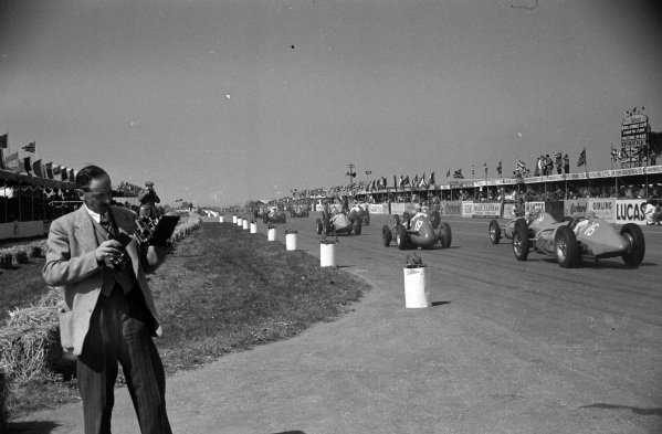Louis Chiron, Maserati 4CLT/48, leads Yves Giraud-Cabantous, Lago-Talbot T26C-DA, and Phillipe Étancelin, Lago-Talbot T26C, as they chase the pack at the start.