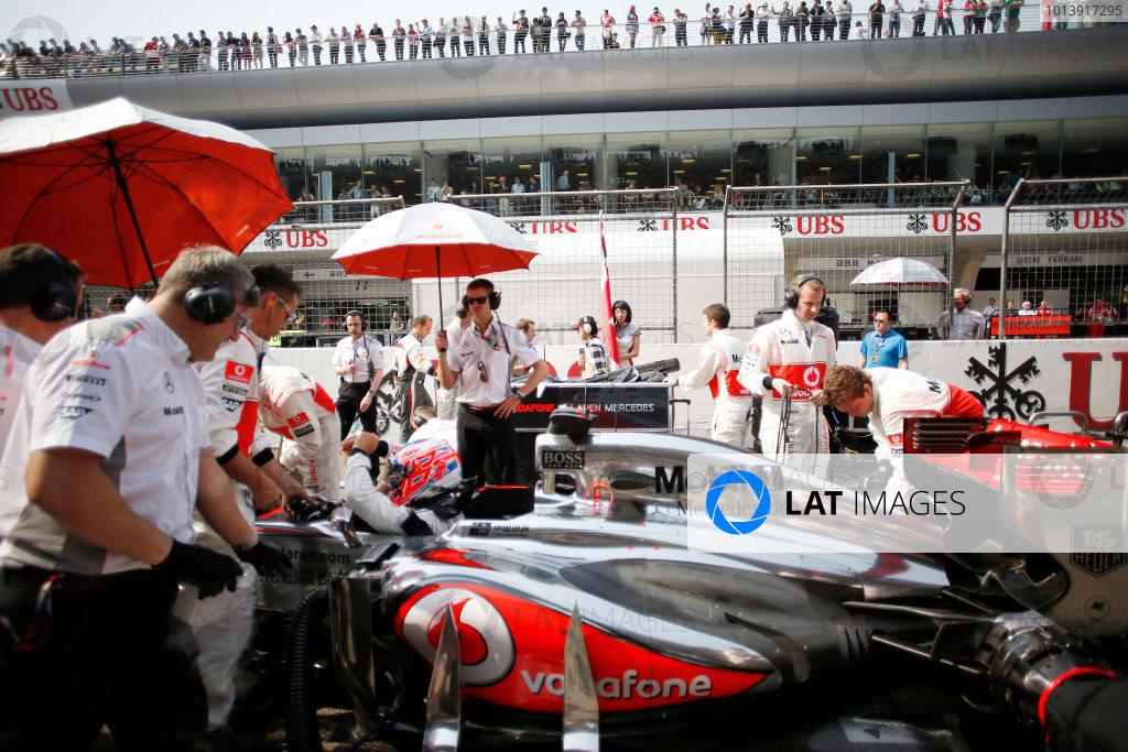 Shanghai International Circuit, Shanghai, China Sunday 14th April 2013 Jenson Button, McLaren MP4-28 Mercedes, on the grid. World Copyright: Steven Tee/LAT Photographic ref: Digital Image _L0U9853